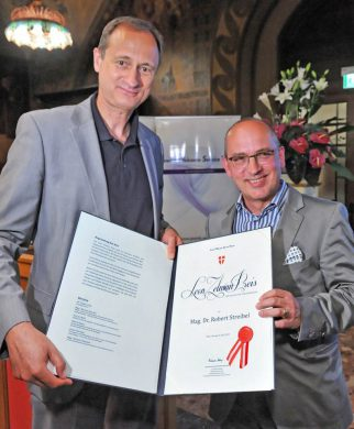 Andreas Mailath-Pokorny presents the Leon Zelman Prize to Robert Streibel
