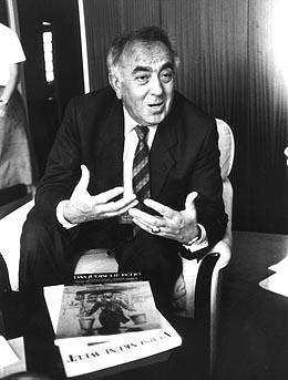 Leon Zelman presenting Das Jüdische Echo