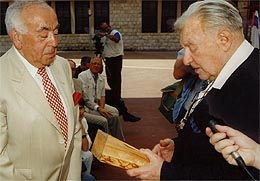 Leon Zelman und der Bürgermeister von Jerusalem Teddy Kollek