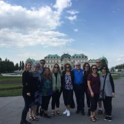Studiengruppe vom Holocaust Education Centre Toronto in Wien, vor dem Belvedere