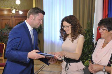 Gemeinderat Marcus Schober übergibt im Wiener Rathaus den Leon Zelman-Preis für Dialog und Verständigung 2017
