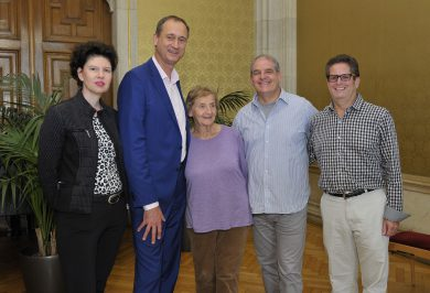 Rathaus Welcome: City Councilman of Culture Andreas Mailath-Pokorny (second from left) with Susanne Trauneck (left) and Helga Miller with her sons Steve and Dan. © PID / Schaub-Walzer