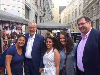IKG Street Festival at Judenplatz: HBP Van der Bellen with participants of the Vienna Study Trip