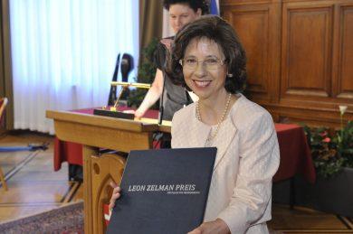 Leon Zelman Preis 2019 an Shoshana Duizend-Jensen, Shoshana Duizend-Jensen mit Urkunde