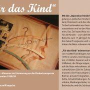 """Handzettel zur Dauerausstellung """"Für das Kind"""" mit Vitrine aus der Schau"""