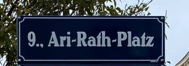 Ari-Rath-Platz, Schild